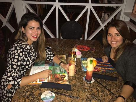 Periodista oficialista cubana disfruta de cena en el exilio
