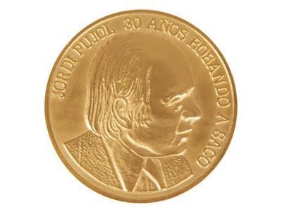 Eugenio Merino acuña una moneda de oro con la cara de Jordi Pujol.