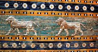 Un friso de fieros leones, amansados por las margaritas que les rodean.