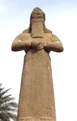 Estatua del dios Marduk, en un material menos noble que la original.