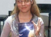 """Jovencita años presenta libro """"Cuando estrellas lloran"""""""