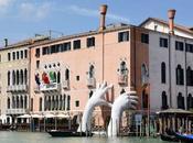 Lorenzo quinn unas manos gigantes sujetan venecia
