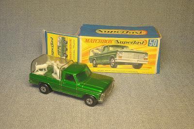 La camioneta Ford con perros