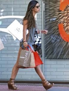 de shopping mode large qualite es 230x300 El estilo casual chic de Sara carbonero