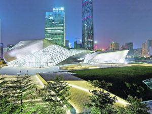 Luces y sombras. Por la noche, el blanco profundo hace brillar el complejo de Guangzhou, en contraste con el distrito financiero de Zhujiang, que aparece como telón de fondo. Foto: Clarín.com, Arquitectura