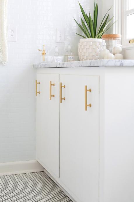 reforma lavandería puerta mint azul grifo dorado decoración lavandería decoración laundry room decoración cuarto colada before after decor antes después decoración