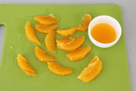 Gajos de naranja cortados al vivo y su zumo
