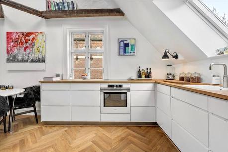 vigas de madera techo inclinado interior abierto encimera de madera decoracin nrdica cocina nrdica cocina moderna