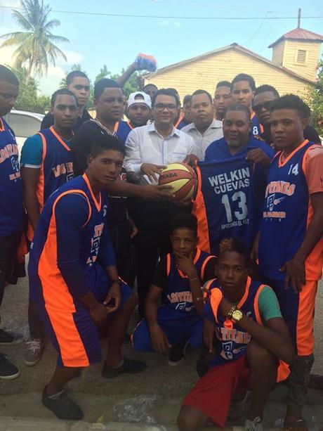 Welkin Cuevas entrega útiles deportivos a jóvenes de Bahoruco.