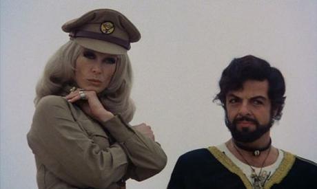 Ilsa, la hiena del harén (1976), entre dunas anda el juego