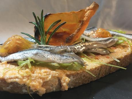 Tostas de pan payes con mojo queso, puerro, boquerones y falso caviar de tomate