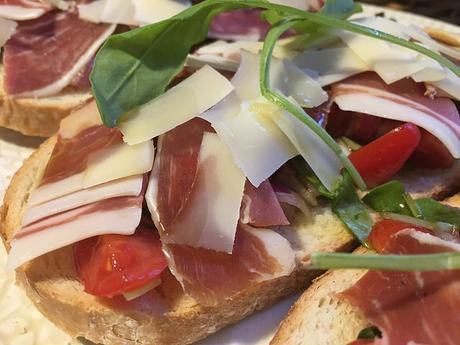 Tostas de pan payes con salpicón de rúcula, jamón iberico y queso