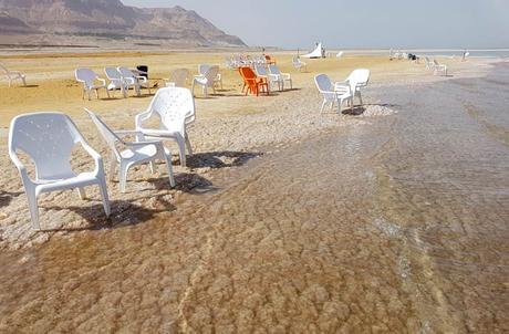 Acumulación de sal en la orilla del mar Muerto en Israel