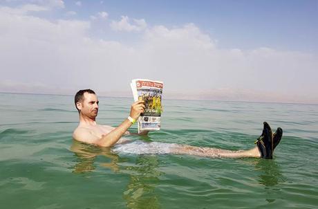 Flotando en el mar Muerto Israel por libre
