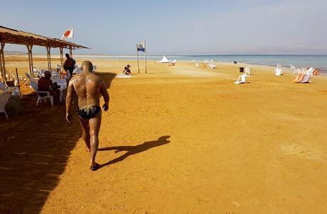 Un hombre cubierto con los barros del mar Muerto en Israel