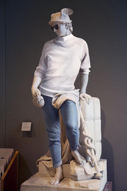 Un Fotógrafo disfrazo a las estatuas mas famosas con si fueran personas de nuestros dias
