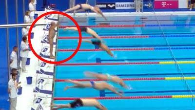 Fernando Álvarez se guarda el minuto de silencio mientras el resto de competidores se echaban al agua.