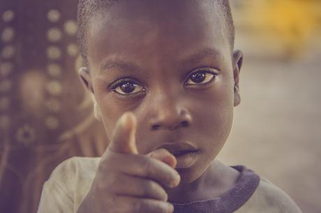 Nunca dejes solo a un niño triste porque no sabrá qué hacer