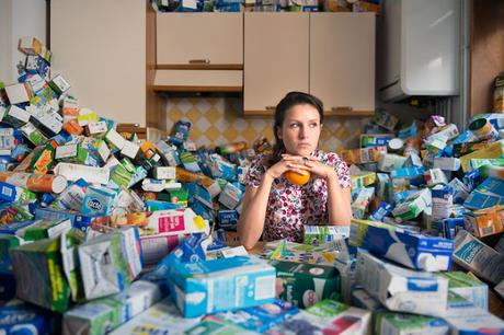 Un fotógrafo juntó basura durante 4 años en su casa para concientizarnos como sonsumidores