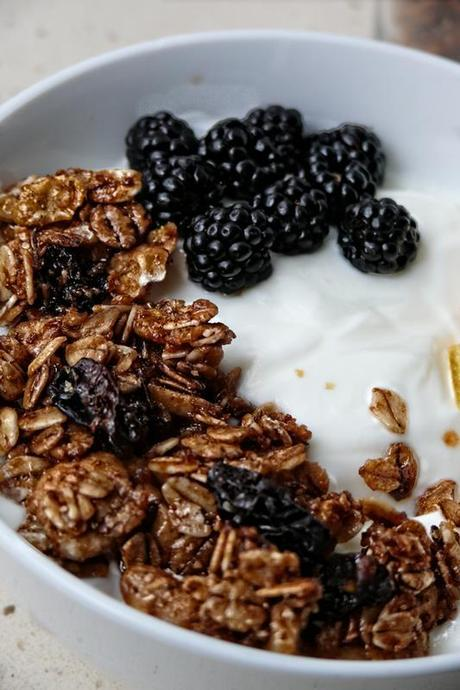 Como hacer granola casera y preparar un desayuno sano