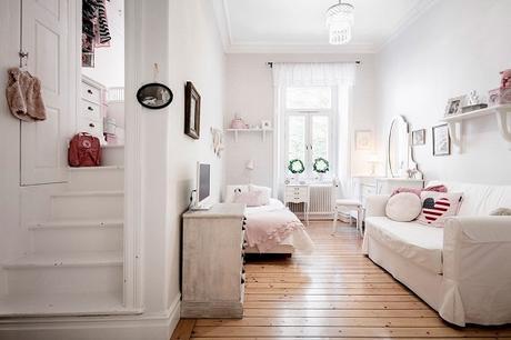 dormitorio infantil con zona de juegos en rosa