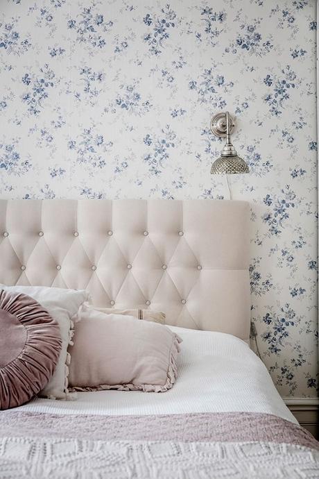 papel pintado motivos florales, dormitorio cabecero tapizado capitoné