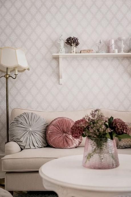 papel pintado en tonos rosa palo, cojines de terciopelo