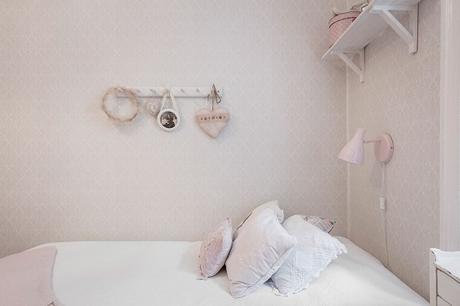 dormitorio infantil en rosa estilo vintage, papel pintado