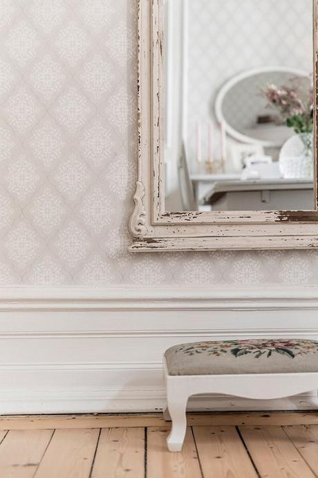 escabel de madera pintado en blanco, espejo de pared decapado