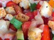 Ensalada tomates, pepino picatostes salsa anchoas toque albahaca