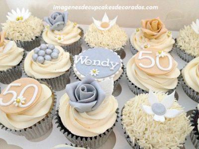 4 Imagenes Con Modelos De Cupcakes Decorados Para 50 Años
