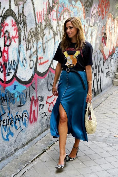 camiseta rokera y falda midi abotonada