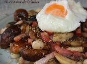 Salteado hongos huevo escalfado