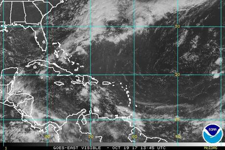 Onda y vaguada seguirán causando lluvias este jueves.