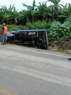 Se vuelca camión en curva Guayacanal.