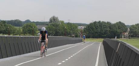 Cómo adelantar a un ciclista en carretera