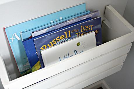 Con un cajón de frutas construyó un almacenamiento de libros para una sala de juegos