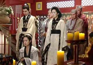 Familia real de Silla, en actitud de meditación