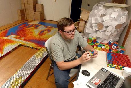 Construyó un mosaico con miles de cubos de Rubik