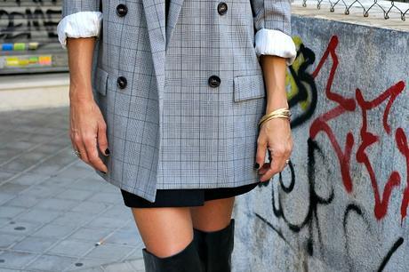 blazer xxl cuadros y mini smoking de falda con botas altas