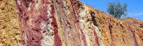 Diferente coloración de arcillas en función de su composición mineral. Senderismo y trucos.