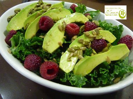 Ensalada de kale, aguacate y frambuesas