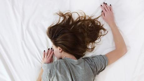 ¿Se te duermen las extremidades mientras descansas por la noche?
