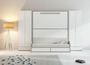 ambiente simétrico de literas enmarcadas por dos armarios