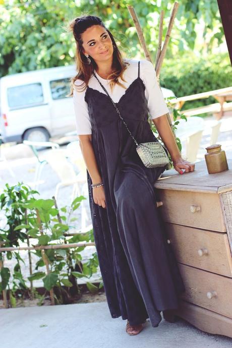 Con vestido largo en gris plomo
