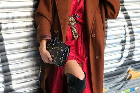 vestido rojo y abrigo