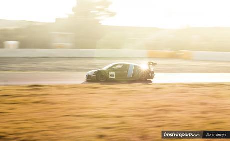 Fotografía de circuito. El coche no es el único elemento que destaca.