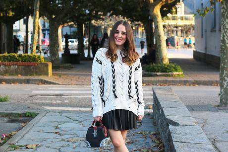 Outfit de otoño con falda de cuero plisada