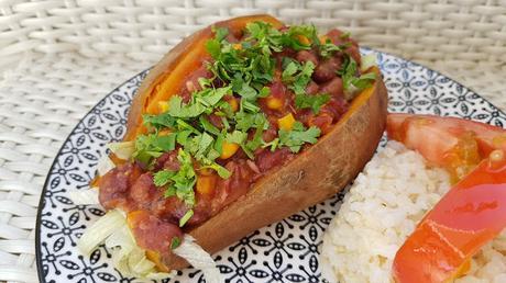 Batata rellena de chili de judías