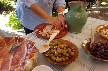 Preparando el 'pa amb oli' qué hacer en Mallorca en invierno